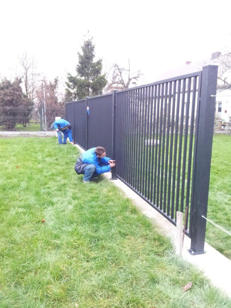 Segmenty ogrodzeniowe przemysłowe wkonstrukcji zamkniętej typu OPO-251 - kolor ANTRACYT + słupy stalowe nastopach montażowych