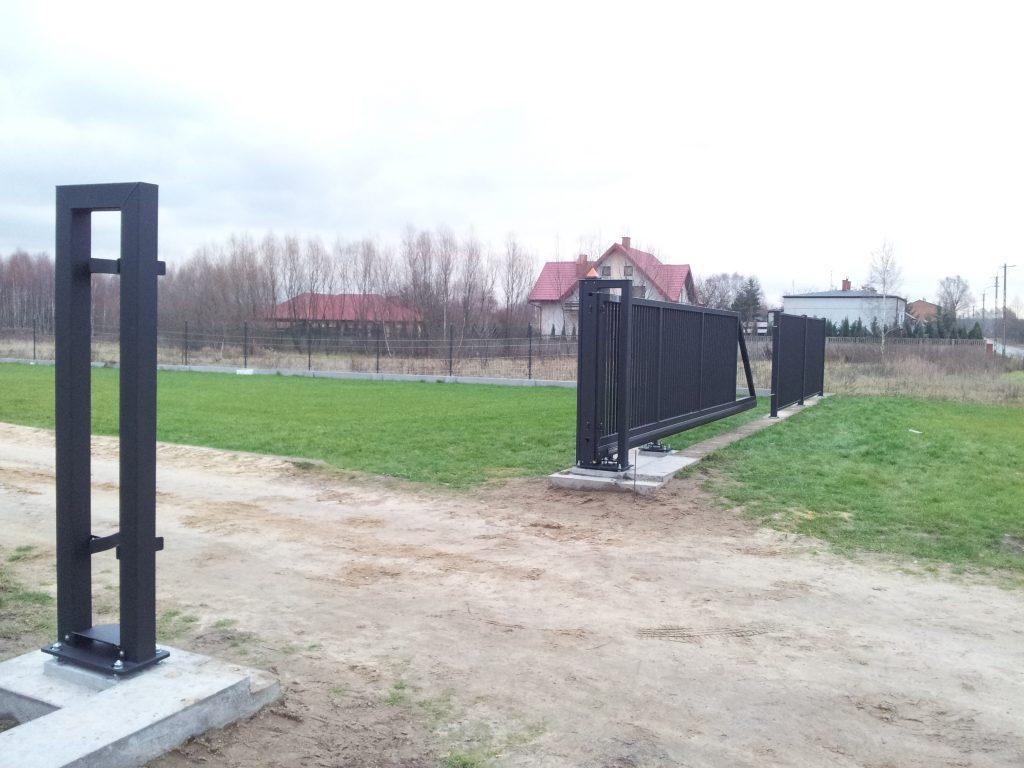 Brama przesuwna typu PI-130 isegmenty ogrodzeniowe przemysłowe wkonstrukcji zamkniętej typu OPO-251 - kolor ANTRACYT