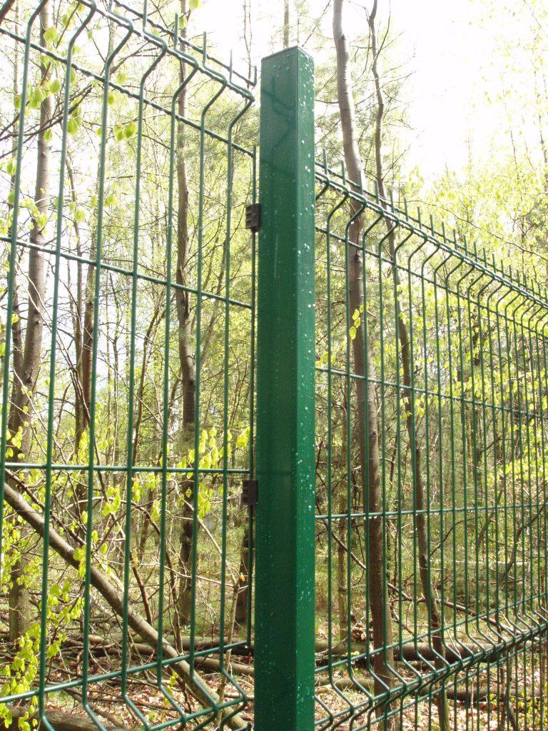 Panele ogrodzeniowe VEGA-B 1530 ,na słupach typu ALFA (RAL=6005) podmurówka zklasycznej płyty betonowej.
