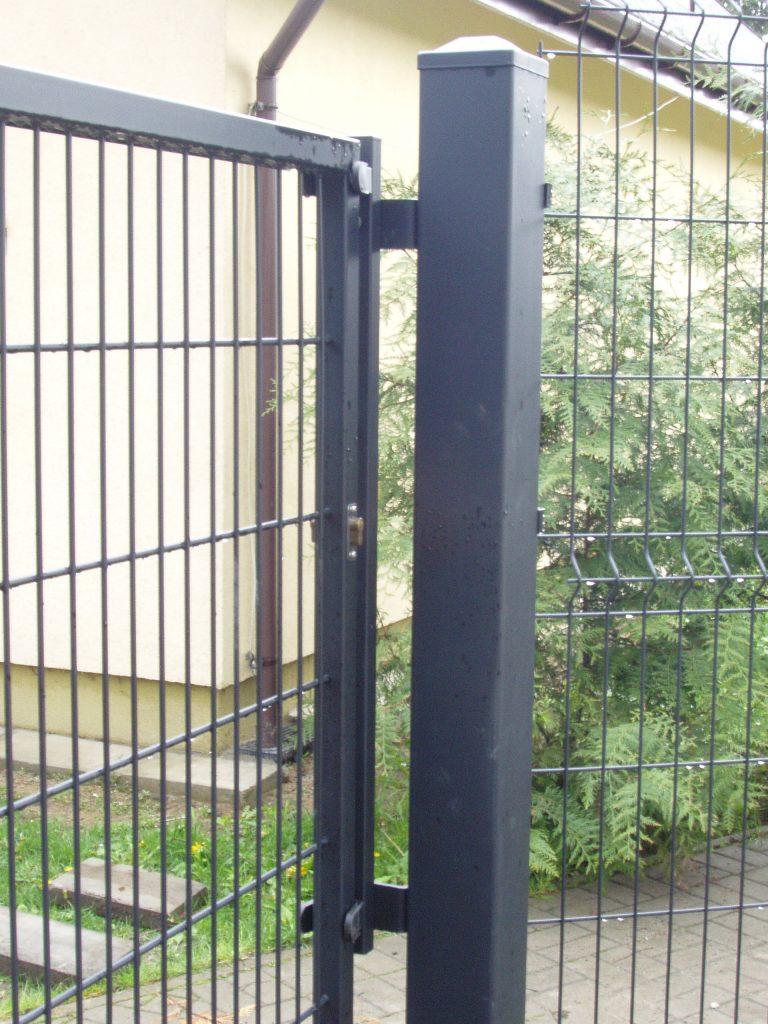 Brama przesuwna wzór AW.VA.55 - kolor RAL_9005 ,w pozycji pełnego zamknięcia.