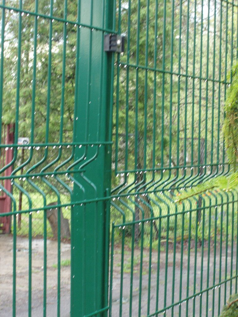 Panele ogrodzeniowe VEGA-B 1530 ,na słupach typu ALFA (RAL=6005)