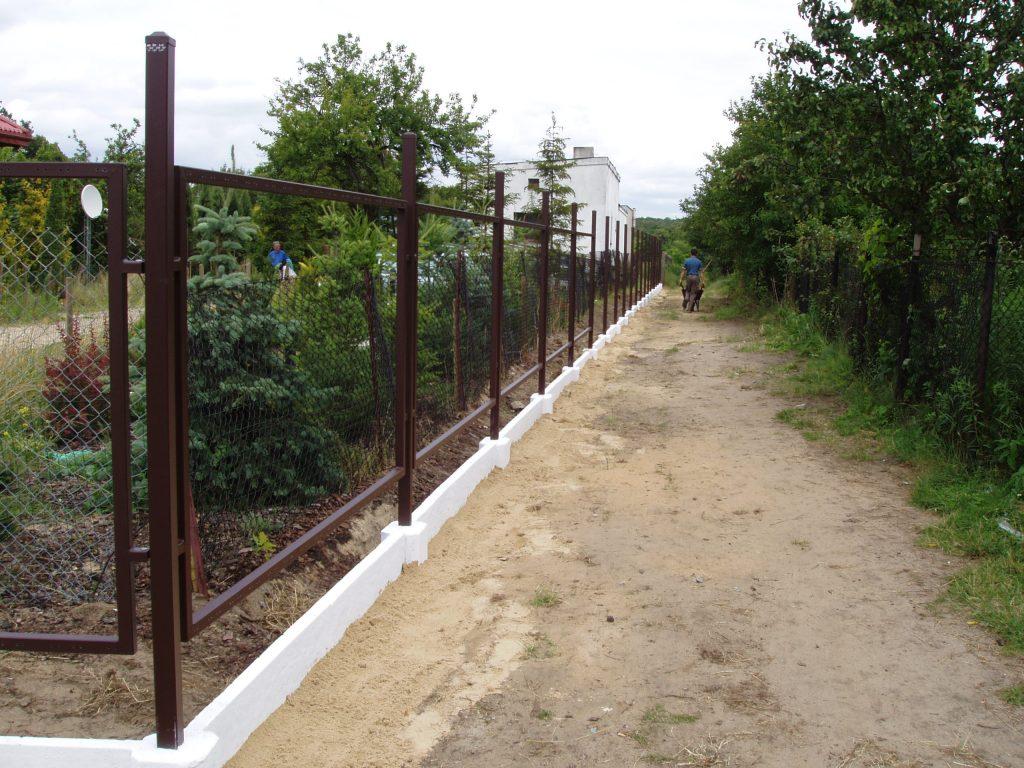 Konstrukcja ogrodzenia wewzorze AW.10.00 podsztachety drewniane