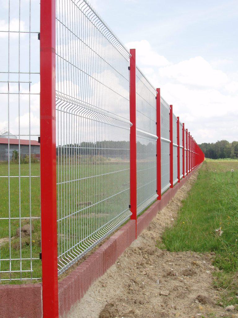 Panele ogrodzeniowe VEGA-B 1530 (ocynk) ,na słupach typu ALFA (RAL-3000) podmurówka wkolorze czerwonym zelementów betonowych typu PALINEA